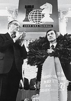 ИШФ: Ритуал Киппур-Каппарос в матчах на первенство мира Karpov_euwe_1975_april_3